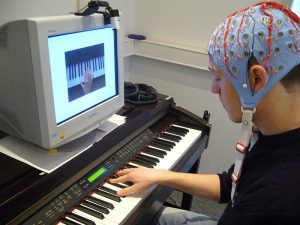 The researchers used an electroencephalogram to record the brain waves of the pianist while he was playing. © Max Planck Institute for Human Cognitive and Brain Sciences